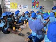Barna spiser lunsj i barnehagen.
