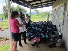 Ingrid øver på afrikansk sang med barna.